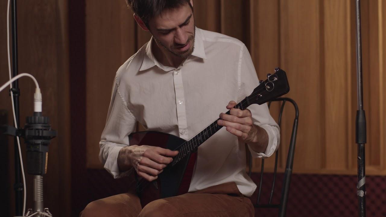 Георгий Нефёдов играет на балалайке мастера Антона Байдакова