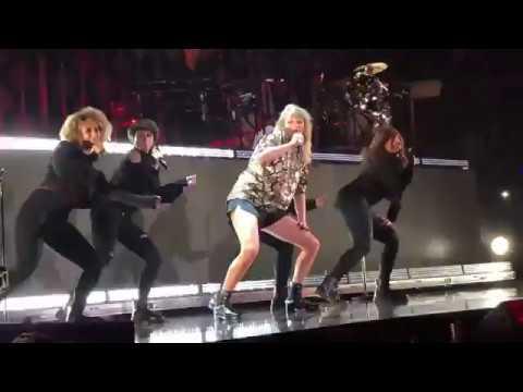 Taylor Swift dances