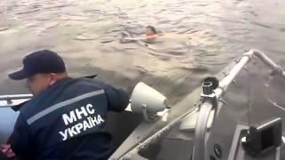 Водолази супроводжували жінку до берега