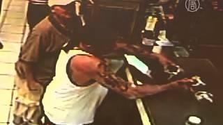 Американец хотел расплатиться за пиво крокодилом (новости)