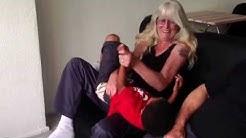 Oma en kleinzoon kietelgevecht
