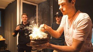 Vuurwerk verstoppen in verjaardags taart PRANK!