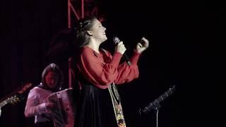 Смотреть Алёна Петровская-Зорька алая (муз. А. Морозов, сл. В. Гинзбурский) онлайн