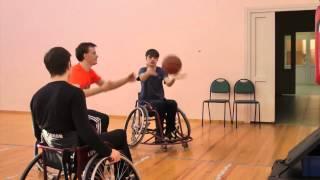 Обучение молодых спортсменов баскетболу на колясках