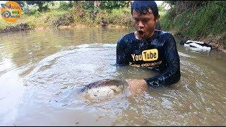 ระวัง!!จับปลาชนิดนี้ ใหญ่ขนาดนี้ ต้องใช้ความนุ่มนวล อันตรายมาก ทอดแหหาปลา สระลุงแบงค์