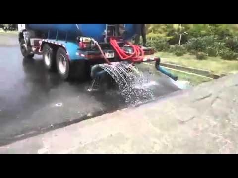 Video cami n cisterna us agua potable para rociar calle for Cisternas de agua a domicilio