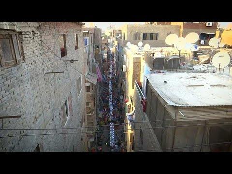 Mısır'da Kahire'nin yoksul bir semtinde 50 metre uzunluğunda iftar sofrası kuruldu