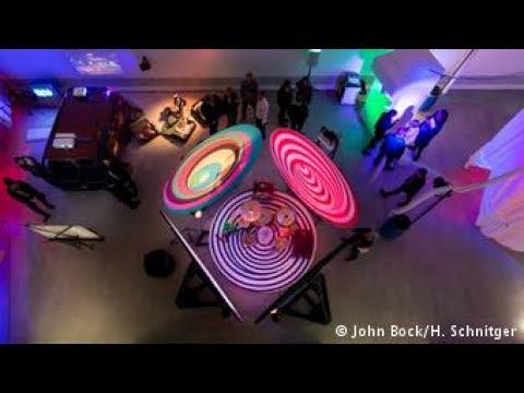 O mundo enigmático do artista alemão John Bock