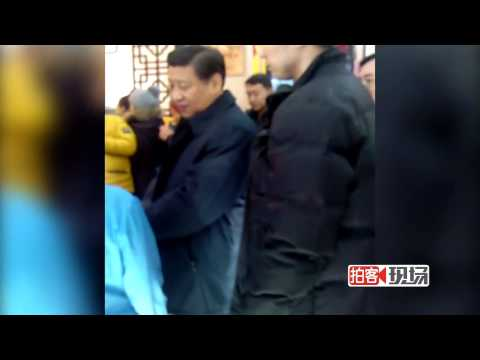 Chinese president Xi Jinping patiently waits in line in Beijing restaurant