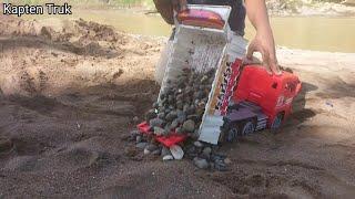 Dumpt Truk Muat Batu Koral