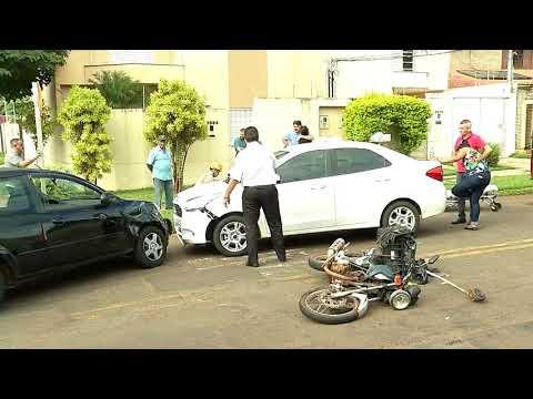 Motorista ignora sinalização, atropela motociclista e bate em carro