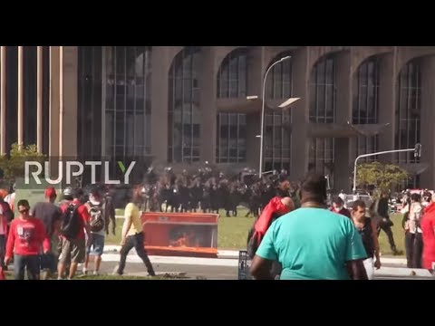 Brazil: Horse mounted police quell anti-Temer protest in Brasilia