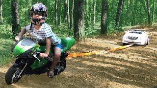 Майбах застрял в лесу. Вытягиваем машину мини байком. Видео для детей.