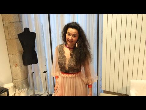 Stéphanie D'Oustrac, chanteuse lyrique, essaye sa robe signée du Nantais Tesson