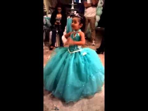 (Increible) Niña de 3 años cantando libre soy