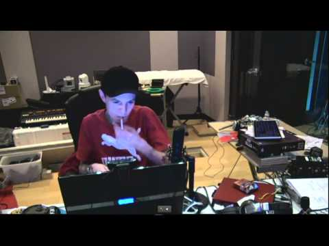 Deadmau5 producing at home a new song (Superliminal) live streaming in his new studio! 27 April 2012