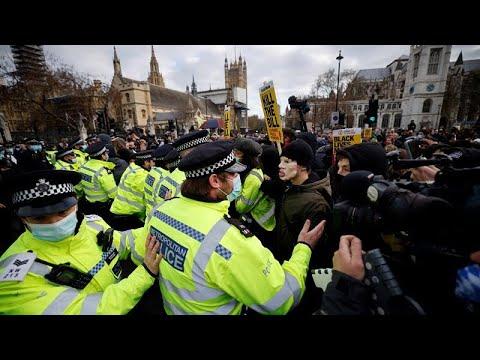 شاهد: اشتباكات بين الشرطة ومتظاهرين ضد قانون الجريمة الجديد في لندن…  - 21:58-2021 / 4 / 4