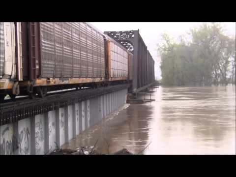 CSX Q204 crosses the Wabash River at its 3rd highest flood level in history at Vincennes, IN.
