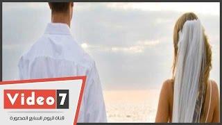 بالفيديو.. عروسان يقيمان حفل زفافهما على شاطئ العجمى