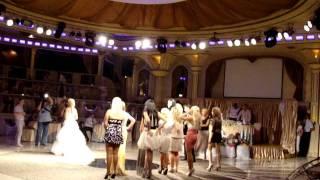 Ведущий на свадьбу Деонис и букет невесты