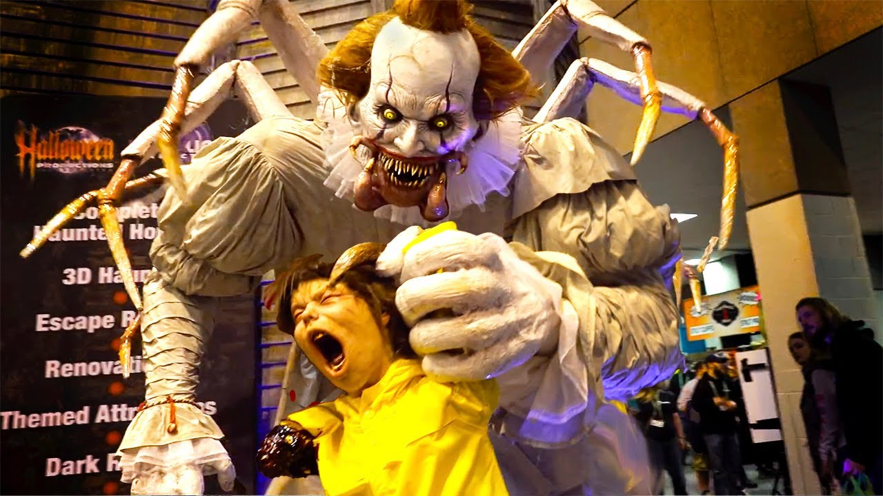 Pennywise IT Giant Clown Animatronic! Poor Georgie! Scary Clowns at Halloween  Trade Shows