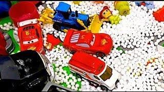 Разлетающиеся шарики из пенопласта устроили снежную бурю! Машинки спасают из под снега