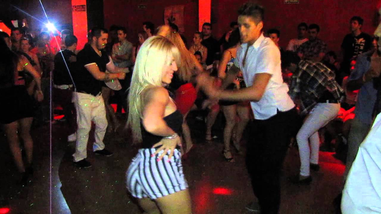 social rubia bailando en Vitoria