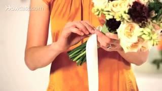 Как завязать ленту на цветочном букете.