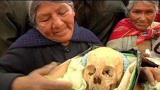 بالفيديو .. البوليفيون يحتفلون بعيد الجماجم