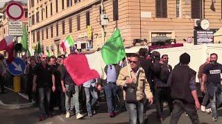 Centrodestra a Roma, l'arrivo in piazza di Casapound tra i selfie: