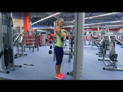 Trénink na ramena a triceps ženy.