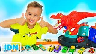 Vlad dan Nikita bermain dengan Mobil Mainan-Hot Wheels City