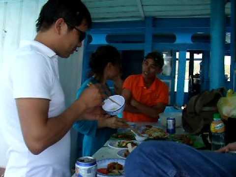 Toan ngo - Nha Trang  3 anh em du lich 4 dao -2  an trua tren tau ( dao noi ).AVI