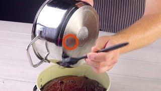 Накрываем форму пленкой, а в тесто ставим пустую кастрюльку. Вот как пекут красивые торты!