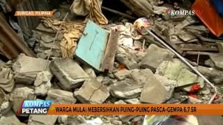 Warga Filipina Bersihkan Puing Pasca Gempa 6,7 SR