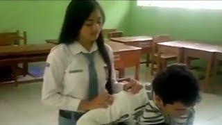 Download Video Sambil Direkam! Saat Kelas Sepi, Anak SMA ini Malah Lakukan Hal ini Ketika istirahat! Perhatikan! MP3 3GP MP4