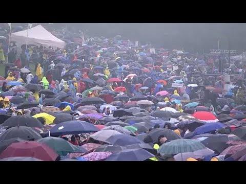 شاهد.. عشرات الآلاف يجتمعون لرؤية البابا فرانسيس رغم الطقس السيء…