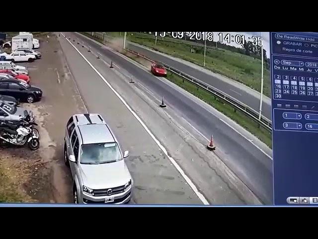 Un auto choca la baranda de seguridad a la altura de Gualeguaychú tras ir a 172 km/h
