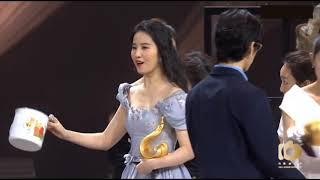 """На церемонии Weibo выбрали """"богов и богинь года"""". И заставили их примерить странные аксессуары."""