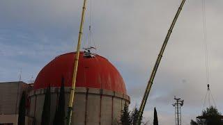Trabajos de retirada de la cúpula de la central nuclear de Zorita