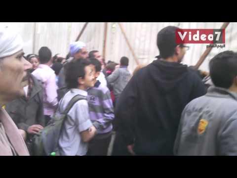 أهالي شبرا يتدافعون على سيارة البابا تواضروس بشبرا
