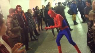 Человек паук в питерском метро