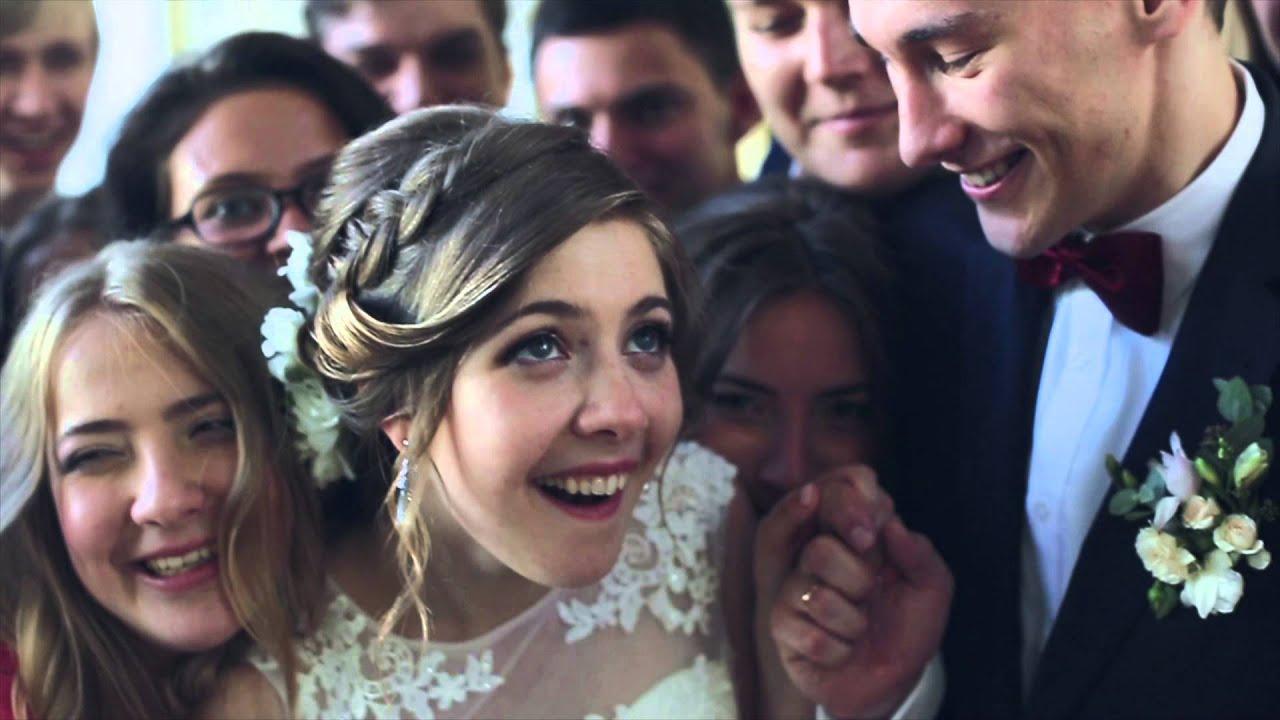 Выбирая костюм на свадьбу, жених должен четко обрисовать для себя то, в чемон хотел бы появиться на своей свадьбе, в чем ему было бы комфортно. Когда идея свадебного костюма, сформировалась в голове, нужно этот образ наложить на стиль вашей свадьбы и современные тенденции моды.