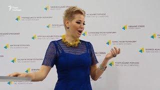 Вдова Вороненкова заспівала українською і презентувала благодійний фонд