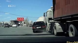 """На Халтурина """"четырнадцатая"""" залетела под КамАЗ"""