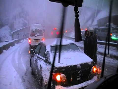 trafic jam due to snow fall at Murree-islamabad express way