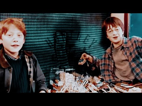 a-very-young-rupert-grint-and-daniel-radcliffe-on-harry-potter-set.-(2000)