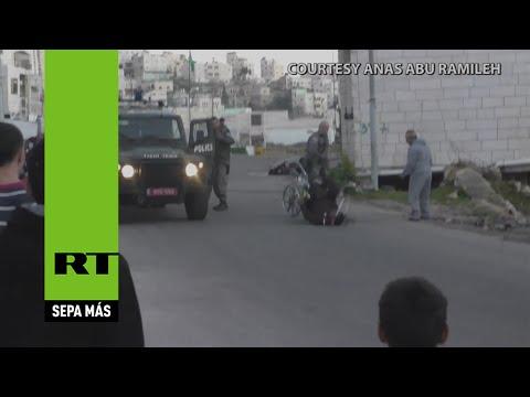 Un policía israelí tiró al piso a un palestino discapacitado