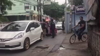 แท็กซี่เลือดร้อน กระโดดถีบรถฝรั่งยุบ นี่ขนาดมากับลูกนะเนี่ย !!