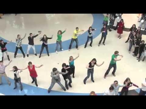 Танцевальный флэшмоб с Долиной и Харатьяном